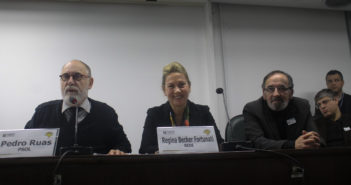 Deputado Pedro Ruas. Deputada Regina Becker Fortunati e o diretor de comunicação do Sindicato, Osvaldo Rodrigues