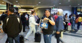 Aeroviários distribuem boletim da campanha salarial no Salgado Filho